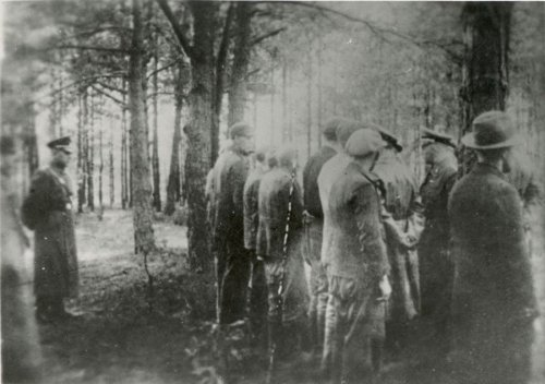 Piaśnica. Taking away the victims' papers before the execution.