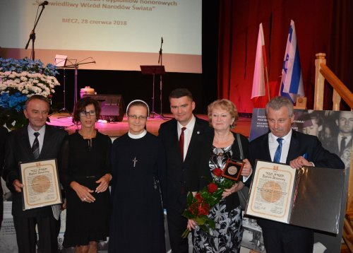 The ceremony of awarding medals and titles of Righteous among the Nations in Biecz. From left ot right: Jacek Boczoń, Agata Rybarczyk, sister Maksymilla Pliszka, Michał Kalisz – the author of the article and the applicant of awarding the medals, Urszula Karasińska (Jan Benisz's granddaughter) and Saturnin Rybarczyk (sister Ambrozja's relative). [Photography from Michał Kalisz's collection]