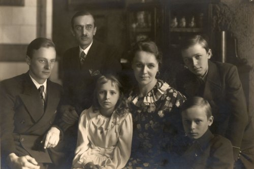 Helena and Jan Benisz with children, from left to right: Artur, Maria, above them Mieczysław and Lech. Photography from the 30's, 20th Century (Jacek Boczoń's collection)