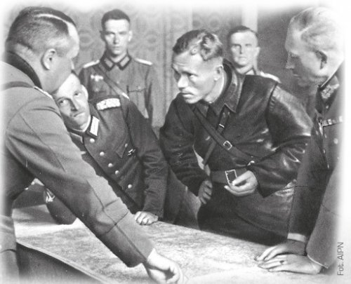 Commander of the 19th Army Corps gen. Heinz Guderian (first on the right) discusses the demarcation line between the German and Soviet forces with political commissioner Borovensky, September 22nd 1939 (AIPN)