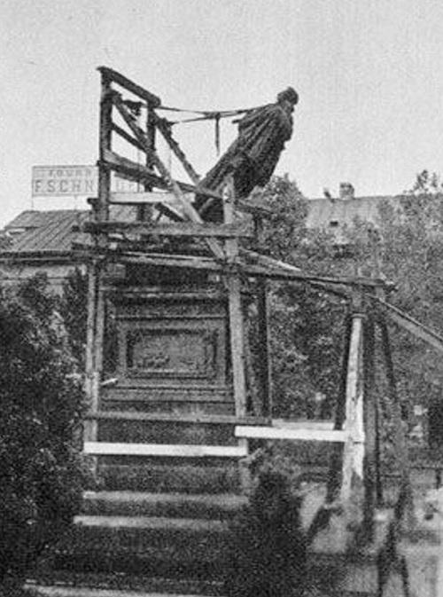 Rozbiórka pomnika Iwana Paskiewicza