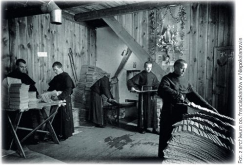 Franciscans working in the printing house / Photo from the archives of Niepokalanów Franciscans