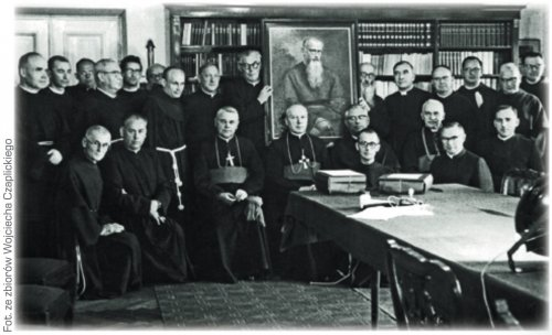 The primate of Poland card. Stefan Wyszyński with bishops and Franciscans in front of the beatification portrait of father Maximilian Kolbe