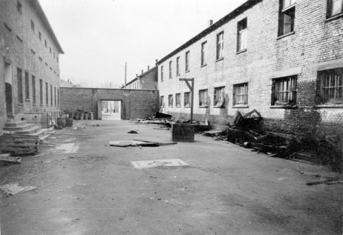 Mur ceglany na dziedzińcu bloku 11; po prawej przenośna szubienica, 1945 r. Fot. AIPN