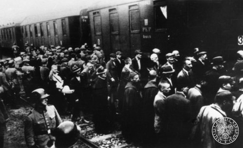 Loading of prisoners from the Tarnów jail to passenger cars at the Tarnów railway station (one of the first transports to depart to KL Auschwitz), 1940 Photo: AIPN
