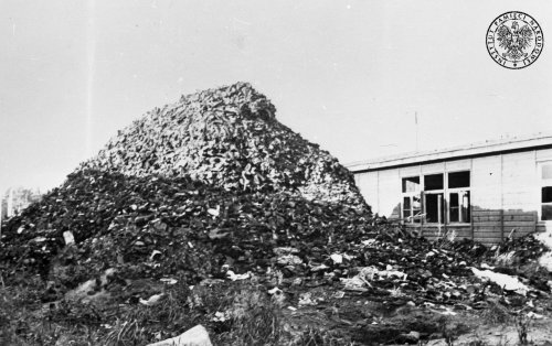 The pile of prisoners' shoes next to a barrack after the liberation of the Gross-Rosen camp Photo: AIPN