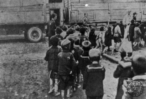 A group of small, Jewish children walking in pairs at one of Łódź's streets during a deportation to a death camp in Chełmno by the Ner river in the summer of 1942 Photo: AIPN