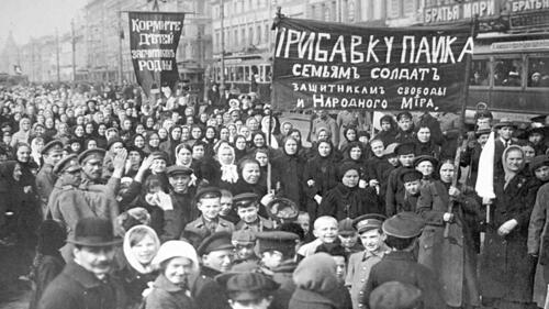 Demonstracja robotników zZakładów Putiłowskich wPiotrogrodzie, marzec 1917 r. Fot. Wikimedia Commons/ domena publiczna