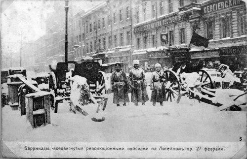Barykady na Prospekcie Litiejnym wPiotrogrodzie wczasie rewolucji lutowej. Fot. Wikimedia Commons/ domena publiczna