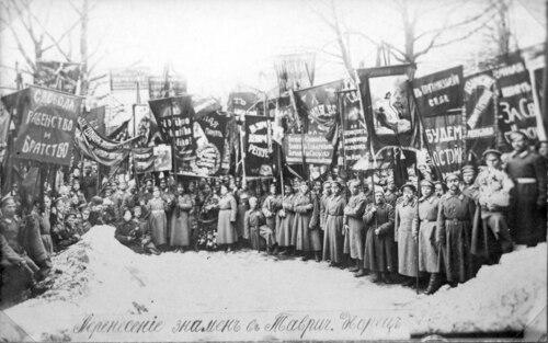 Demonstracja żołnierska przed Pałacem Taurydzkim, 1917 r. Fot. Wikimedia Commons/ domena publiczna