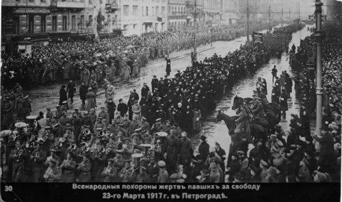 Oficjalny pogrzeb poległych za rewolucję. Fot. Wikimedia Commons/ domena publiczna