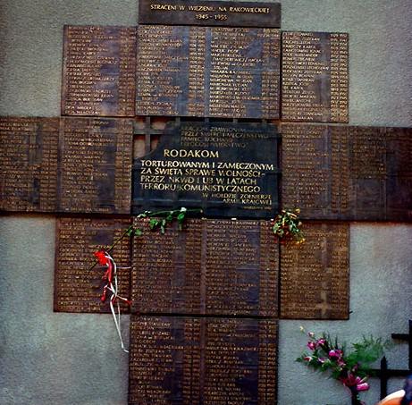 Tablica upamiętniająca ofiary reżimu komunistycznego na ścianie aresztu mokotowskiego (fot. Wikipedia/CC BY-SA 3.0/Andros64)