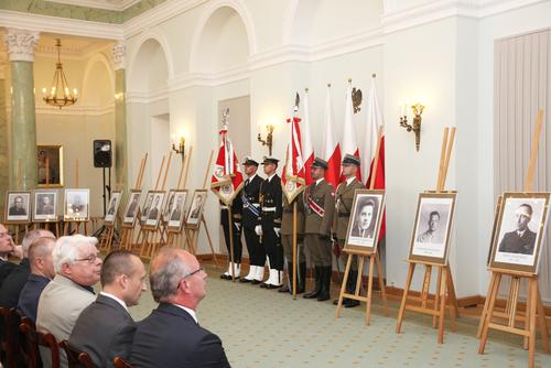Uroczystość przekazania not identyfikacyjnych rodzinom 22 ofiar terroru niemieckiego ikomunistycznego odbyła się 9czerwca 2016 r. wPałacu Prezydenckim. Wśród zidentyfikowanych przez IPN był także Bronisław Chajęcki (fot. Piotr Życieński, IPN)
