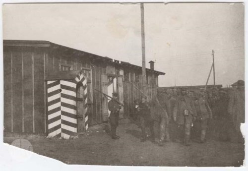 Rembertów, a column of prisoners walking along a barrack; 1920. Author: photographer Jan Zimowski. From the collections of the Museum of the History of Photography in Cracow