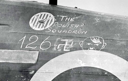 October 1940 – the Kościuszko Emblem on the body of the Hawker Hurricane plane of the 303rd Squadron; underneath it the number of confirmed victories of the unit, according to the data of the RAF command, written with chalk. Another irony in the history of the unit is the fact that the squadron so famous for efficiently defending the British Isles had Tadeusz Kościuszko as its patron – an American General who decimated the British in the Independence War of the USA.