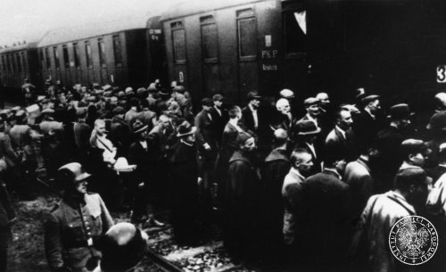 Preparations for the first transport to KL Auschwitz at the railway station in Tarnów, 14 VI 1940. Photography from the collections of the Institute of National Remembrance