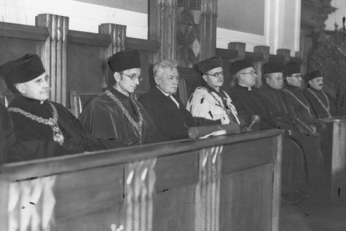 Ceremony of awarding the honorary doctorate of the University of Poznan to professor Ignacy Chrzanowski (third from the left). 1938. From the collections of the National Digital Archives