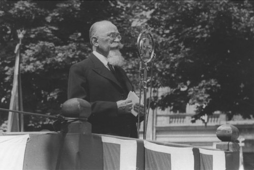 Professor Michał Siedlecki gives a speech during the celebrations of the Sea Day in Krakow. 1937. From the collections of the National Digital Archives