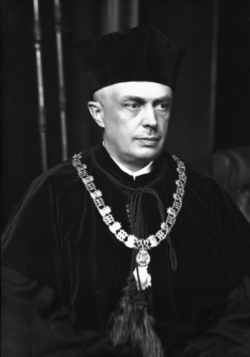 Adam Różański – professor of the Jagiellonian University, dean of the agricultural faculty. Portrait photography in a ceremonial, academic suit. From the collections of the National Digital Archives