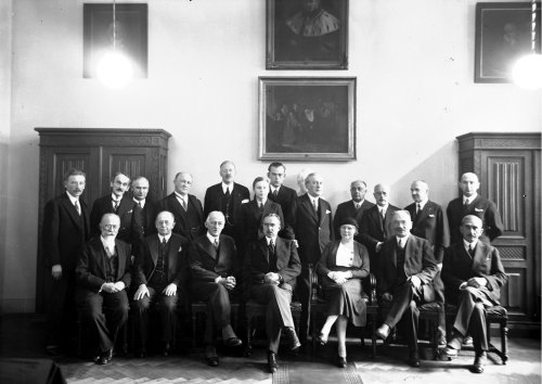 Opening of a Swedish language course at the Jagiellonian University in Krakow. Group photography of participants of the ceremony. Present, among others (first row from the left): prof. Michał Siedlecki, prof. Leon Sternbach, prof. Antoni Kostanecki. 1932. From the collections of the National Digital Archives
