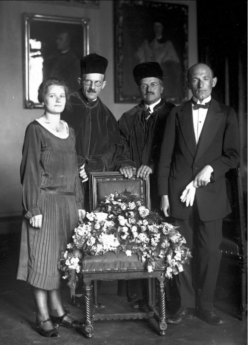 PHD promotion of the marriage of Maria Irena and Wiktor Ormiccy at the Jagiellonian University in Krakow. Promoters are in the middle: professor Ludomir Sawicki (third from the left) and professor Jerzy Smoleński (second from the left). From the collections of the National Digital Archives