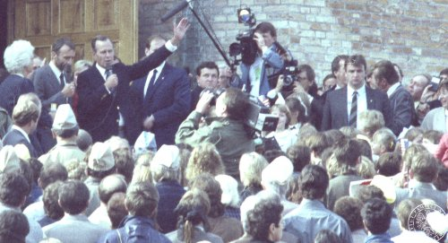 A crowd in front of the church of St. Margaret the Virgin and Martyr in Łomianki. Vice president George Bush delivers a speech in the middle. Operational photo of the Security Service. September 27th 1987 (Photo from the collections of the Institute of National Remembrance)