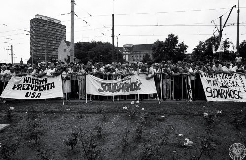 Citizens of Gdańsk waiting for the arrival of the presidential couple by the Monument for the Fallen Shipyard Workers. Photo by Stanisław Składanowski. July 11th 1989 (Photo from the collections of the Institute of National Remembrance)