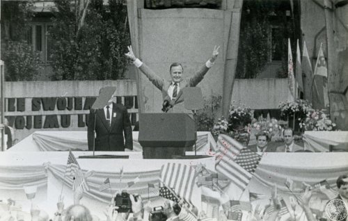 President of the USA George Bush raises his hands in the gesture of victory at the Monument for the Fallen Shipyard Workers. Photo by Bernard Skorowski. July 11th 1989 (Photo from the collections of the Institute of National Remembrance)