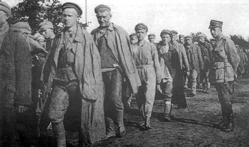 Column of Soviet prisoners on the way to the camp in Rembertów, 1920 Photo by J. Zimowski, from the collections of the Museum of the History of Photography in Cracow (public domain)